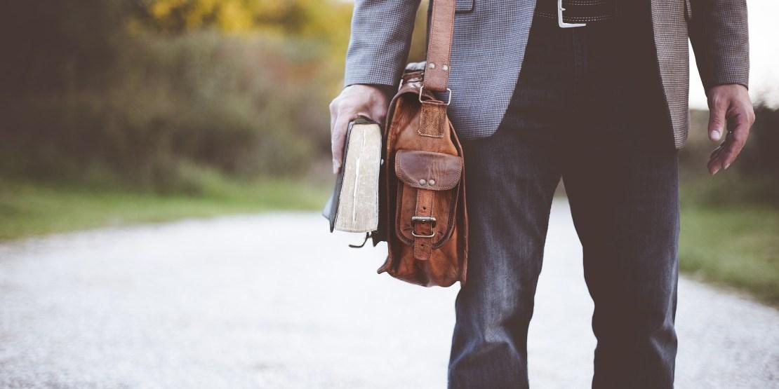 nauczyciel angielskiego stoi na drodze do szkoły