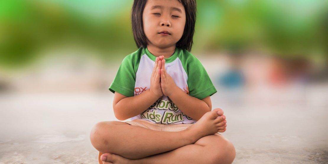 mała dziewczyna siedzi i mysli jak używać konstrukcji z wish