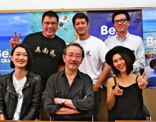 映画「Jimami Tofu」への思いを語る出演者ら=14日、県庁