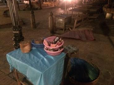 poranna procesja mnichów - stoisko z darami