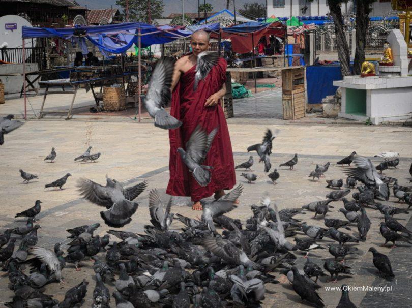 mnich niedaleko Phaung Daw Oo Paya