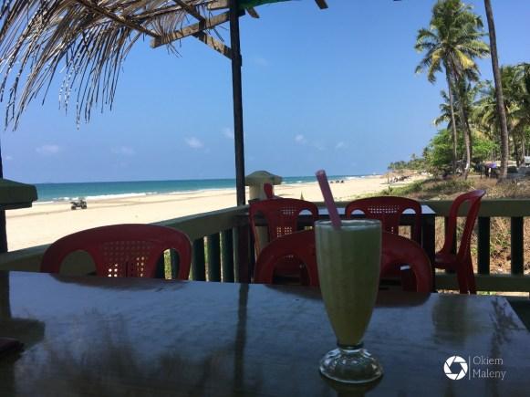 sok ananasowy na tle morza