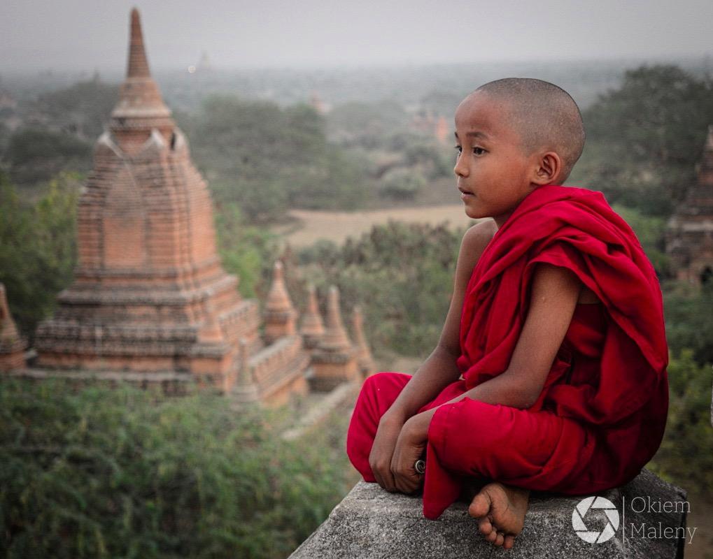 Mnich w Bagan, zachód słońca
