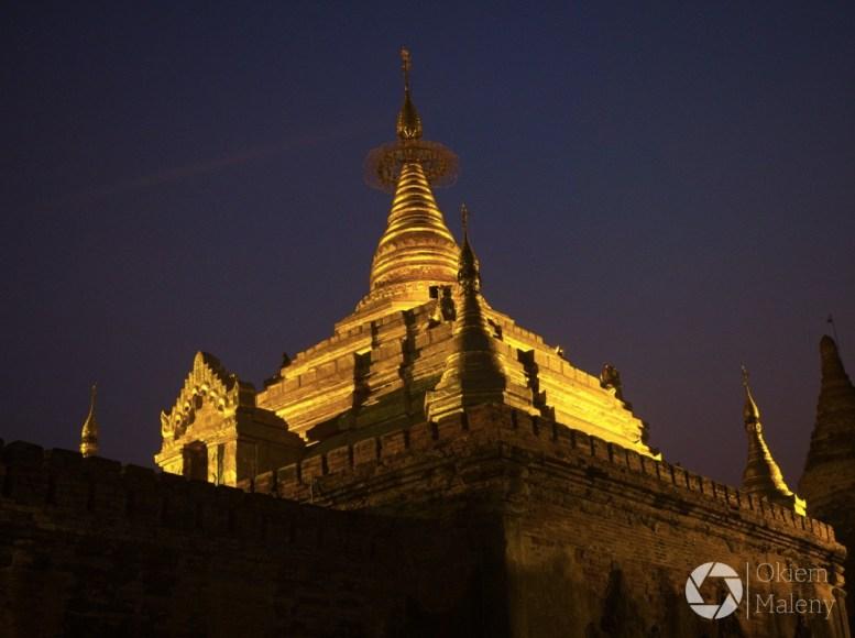oświetlona pagoda w Bagan po zachodzie słońca