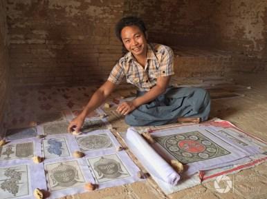 sprzedawca rysunków z piasku w jednej z pagód w Bagan