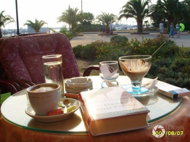 kawa, książka i widok na port