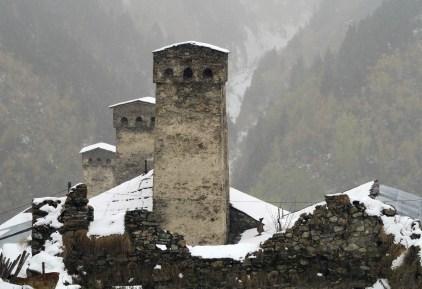 Kamienne wieże w Adishi