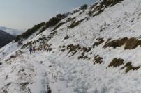 Ze stromych południowych stoków zjeżdża śnieg