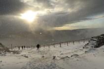 Śnieżyca w słońcu pod Chatką Puchatka