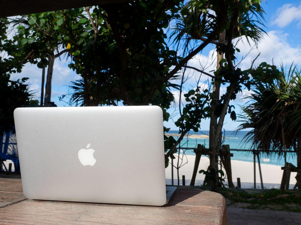 海辺でMacを開いてみるの図