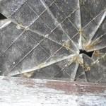 台風で窓ガラス割れる
