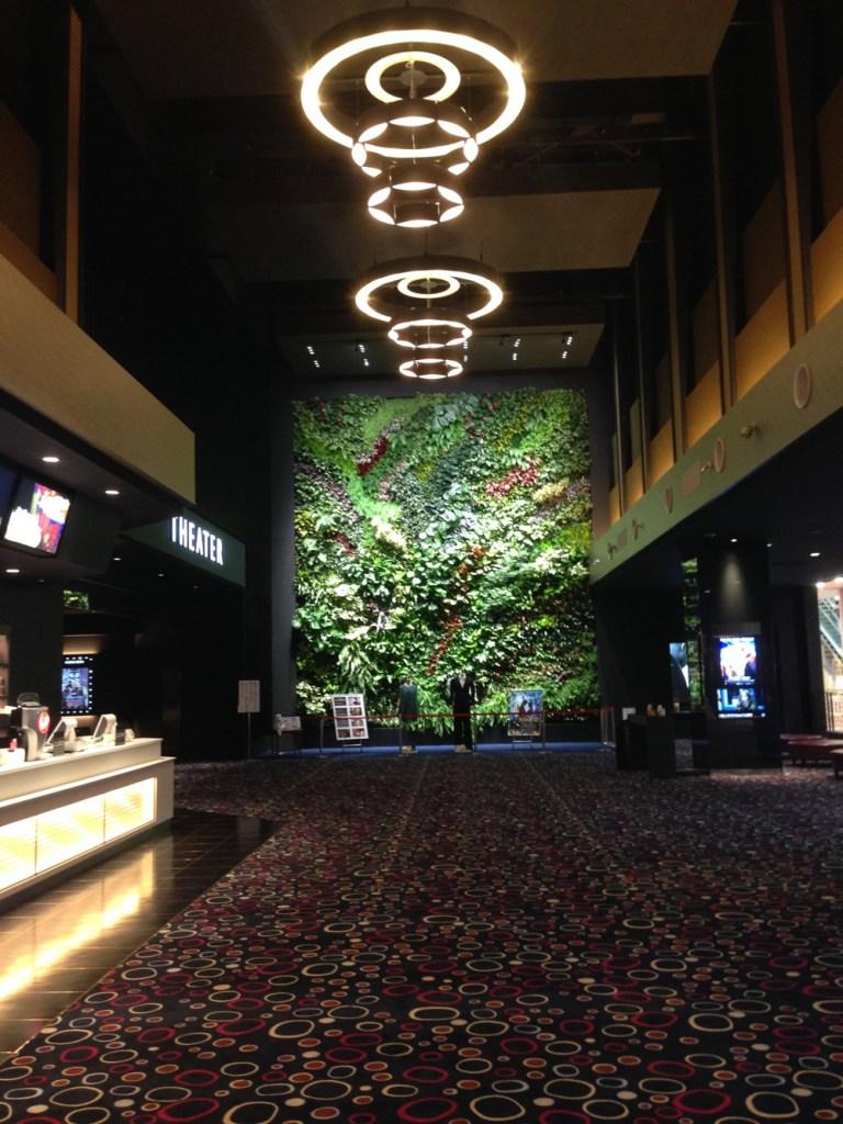ライカムの映画館は天井が高い