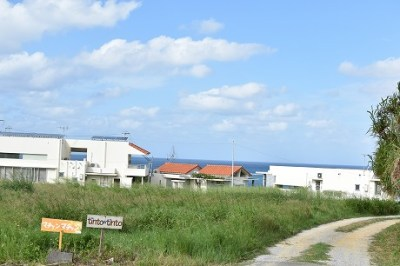 子ども2人を大人1人で連れて沖縄旅行。宿泊はリゾートホテルとスモールホテルどっちがいいか?