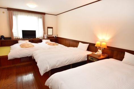和洋室B ( ツインベッド+4畳 ):布団。お布団を敷いて、4名でご宿泊いただけます。
