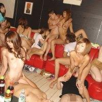 集団で激しく乱交している女の子のエロ画像まとめ 47枚