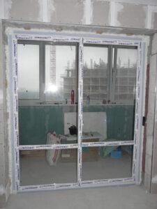 Раздвижная пластиковая дверь с стеклопакетом и импостом