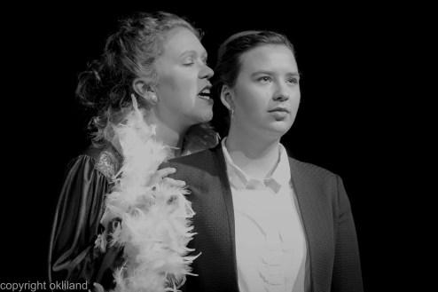 Bilde hviske i øret Teater Neuf Family Crisis av Ørjan Liland