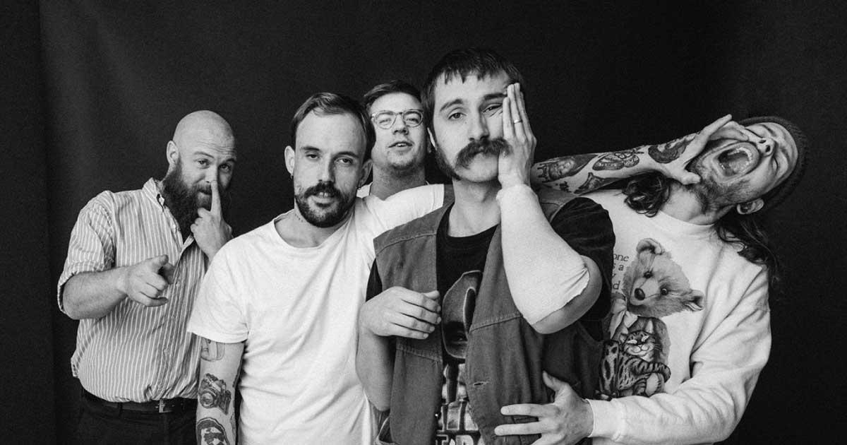 "IDLES anuncia quarto álbum de estúdio e compartilha o ""The Beachland Ballroom"""