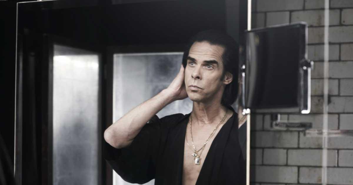 "Nick Cave e The Bad Seeds libera a inédita e tocante ""Earthlings""; ouça"