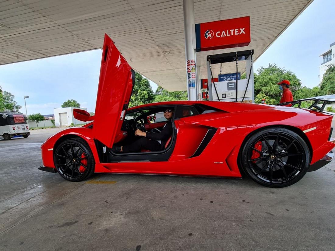 Lamborghini ក្រហមឆេះទៅចាក់សាំងថ្ងៃមុន ដឹងថាឧកញ៉ា ឡេង ណាវ៉ាត្រា មានរថយន្តនេះប៉ុន្មាន?