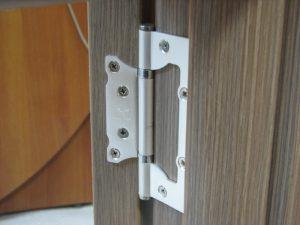安装在室内门上的蝴蝶环:所需的工具