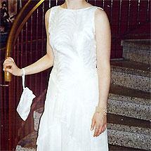 Vit klänning sydd av en gardinkappa, ett duschdraperi och en duk