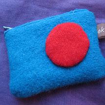 tröjbörs gjord av filtade ylletröjor