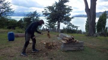 Netko mora i nacijepati drva