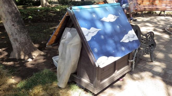 Kućica za psa u parku Santiaga