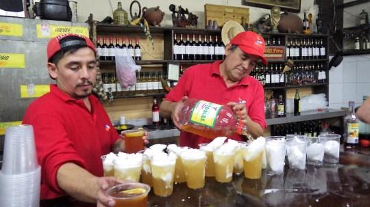 Vrsni barmeni u La Piojeri ulijevaju vino u sladoled