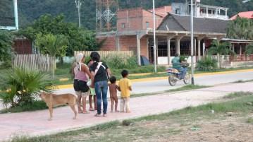 Mnoge obitelji iz amazonskih plemena brodovima dolazi prodavati svoja dobra u Rurrenabaque. Neki i gologuzi.