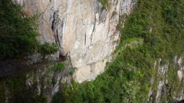 Most Inka - ovo malo drveno u sredini - jedan je od dva originalna prilaza Machu Picchuu. Čitava staza izgrađena je u strmoj litici i poprilično je zastrašujuća. Nasreću, danas se ne koristi.