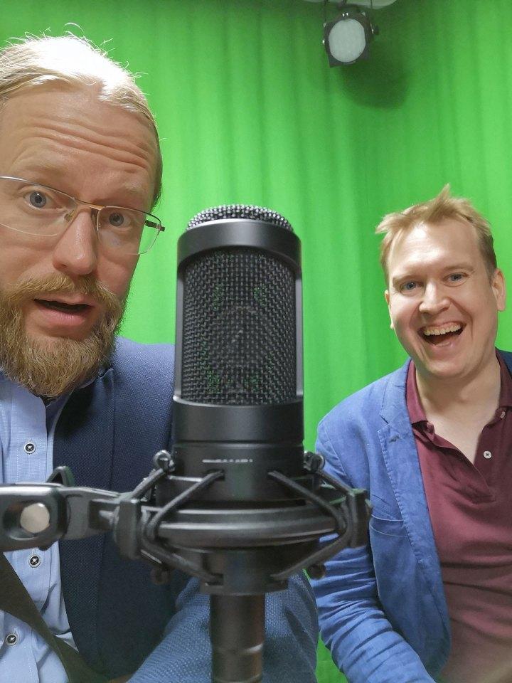 Henri Sora ja Juuso Hämäläinen mikrofonin ääressä.