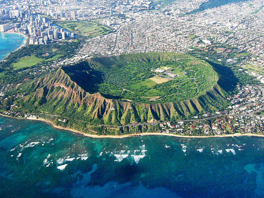 Head_East_Aerial_View,_Waikiki_and_Honolulu_Hawaii,_Summer,_Winter_≡_Eric_Tessmer,_Molokai,_Hawaii_-_panoramio