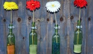 Fare vasi con le bottiglie dipingendone l'interno