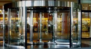Niçin otellerin kapıları döner kapıdır?