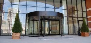 d3 300x144 - Niçin otellerin kapıları döner kapıdır?