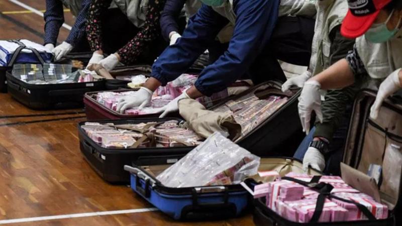 Endonezya'da koronavirüs yardım fonunda yolsuzluğa karışan bakan bavullar dolusu parayla teslim oldu