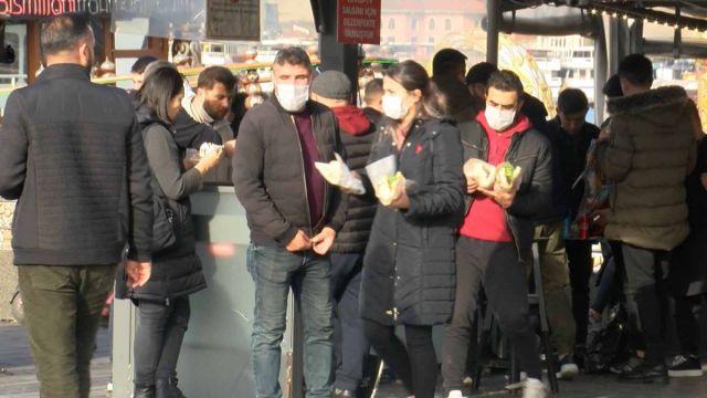 istanbulda gunesli havayi gorenler eminonune akin etti 1 6G8h6Dew - İstanbul'da güneşli havayı görenler, Eminönü'ne akın etti