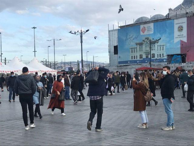 istanbulda gunesli havayi gorenler eminonune akin etti 2 1Ibsp6Dk - İstanbul'da güneşli havayı görenler, Eminönü'ne akın etti