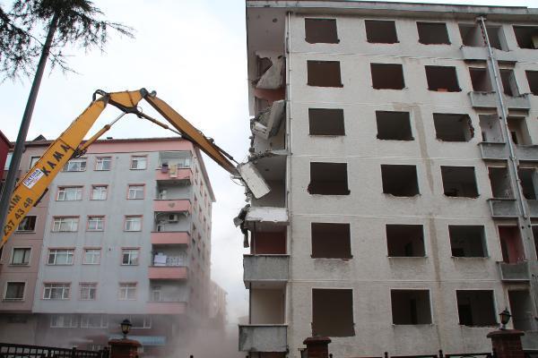 rizede pisa kuleleri olarak anilan egimli binalar yikiliyor 0 IWIxStQl - Rize'de 'Pisa Kuleleri' olarak anılan eğimli binalar yıkılıyor