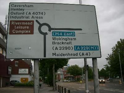 Caversham Road への分岐となるランナバウトの標識