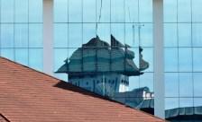 The Building - Refleksi gedung dari kaca gedung lainnya. (Foto: Lydia Okva Anjelia)