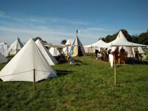 Und immer wieder findet sich ein buntes Zelt.