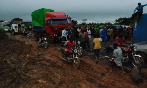 Man Decries the State of Roads in Niger State, Urges People to Speak in One Voice Come 2023