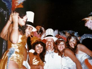 Grupo de foliões itapetininganos fantasiados se divertindo no carnaval de rua de 1978