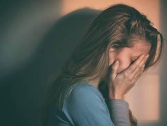"""""""Apoiar a pessoa depressiva, auxiliar a encontrar caminhos e um novo propósito trará uma porta de saída para esse quadro de depressão"""", diz especialista"""