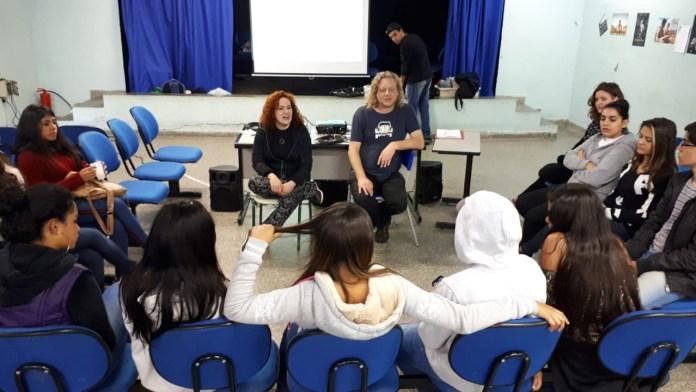 Kinoforum Christian Saghaard, cineasta e produtor, dá a primeira aula da oficina aos alunos da escola Dr. Alarico Silveira, no Centro de São Paulo.