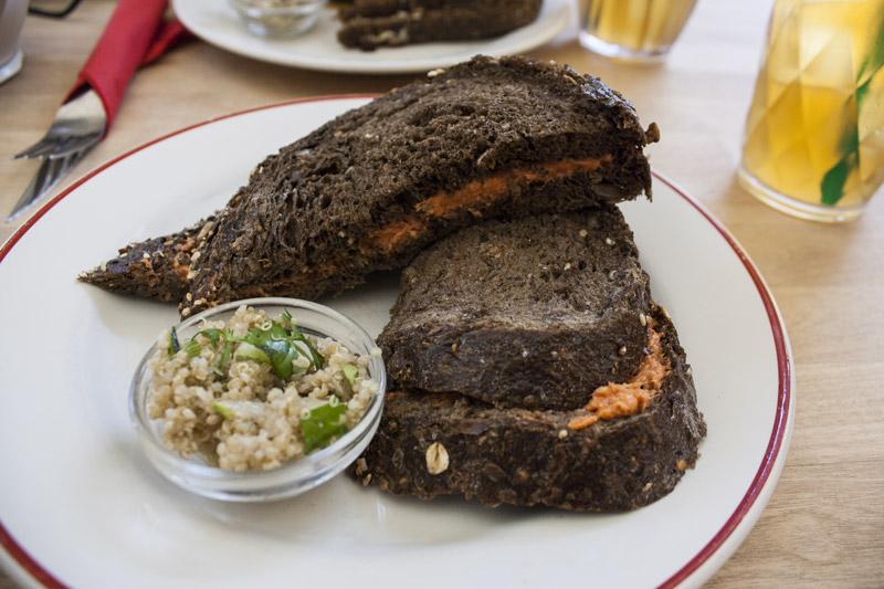 Tartine au pain noir aux céréales à l'américain préparé et salade de quinoa chez Tartine à Anvers - Olamelama
