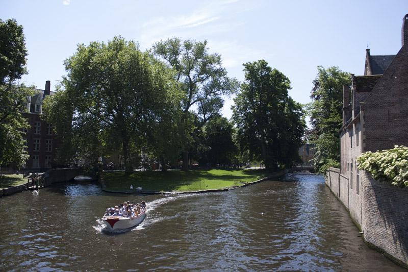 Bateau flottant sur le Groenerei à Bruges en Belgique